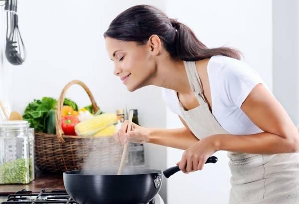 mulher cozinhando fogao sp